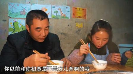 农村桃子姐今天做了一道剪刀面,老公说像猪儿虫,可没见他少吃
