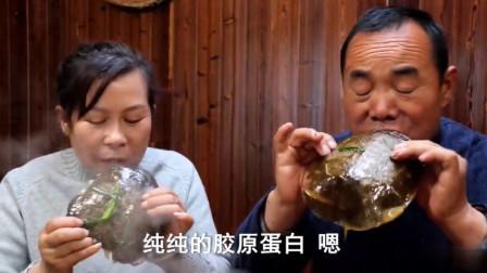 农村食叔今天买了两只生态甲鱼,做道甲鱼火锅,一家人吃得津津有味