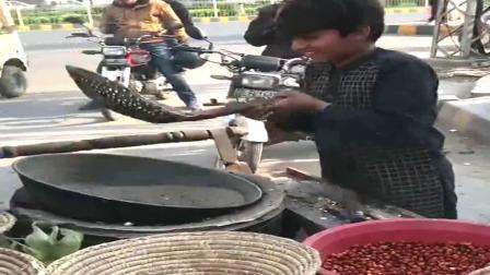 巴基斯坦街头小吃,用沙子炒出来的花生米,