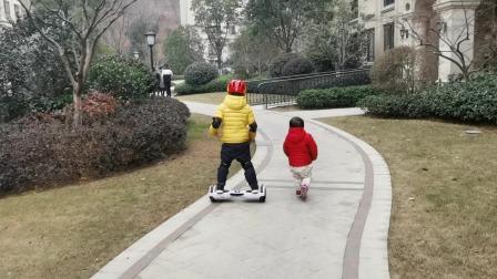 哥哥骑电动平衡车,妹妹滑滑梯——孩子快乐也很简单