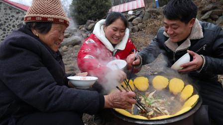胖妹家备年货,买20斤胖头鱼,鱼头红烧贴饼,3人围着锅边吃过瘾