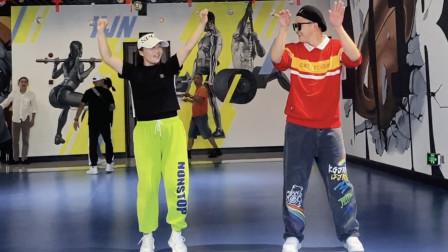 17岁小伙和美女姐姐斗舞,吸引众人围观,魔性舞步魅力四射