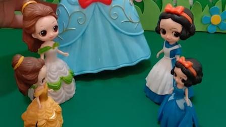 贝儿买了包包,里面还有一个漂亮的冰雪公主,她准备送给小白雪