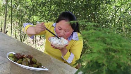 胖妹买排骨炖莴笋,这吃起来也太香了