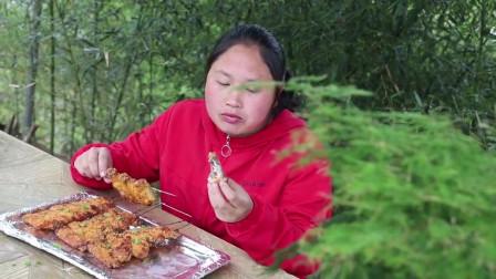 胖妹烤的鸡翅鲜嫩多汁,直接用手拿着啃就是过瘾