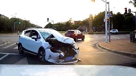 交通事故合集:红绿灯路口不观察路况,车头瞬间就没了