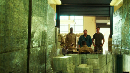 高分犯罪片:最有钱的军事基地,堆着12亿美元,给士兵买武器!