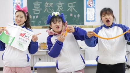 同学抢可乐的水晶泥玩,可乐拿辣椒泥整同学,同学啥反应
