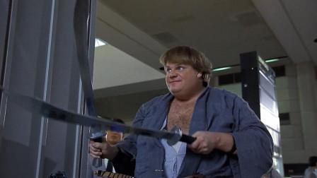 硬核小伙过安检,竟然从包里掏出两把大刀,保安看完吓坏了!
