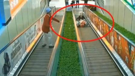 女子抱着女儿瘫在电梯上哀嚎,回看监控,才知当时她有多痛