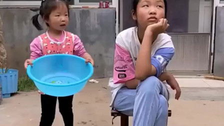 淘气的童年:妹妹给姐姐洗脚