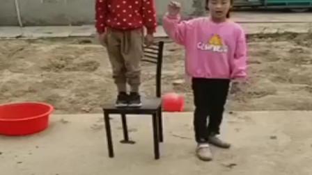 淘气的童年:姐妹俩把什么东西藏起来了