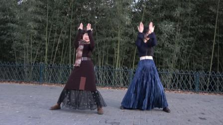 紫竹院广场舞师徒二人即兴表演,舞步轻快动感,越跳越来劲