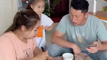 搞笑一家人:老公说他不吃,那我们娘俩就不客气了