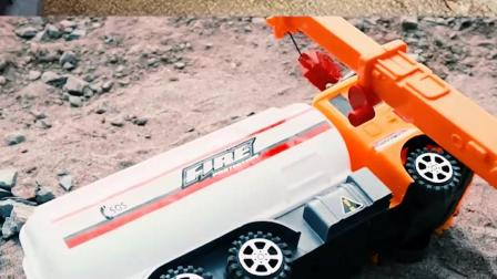 认识工程车玩具 起吊车救援侧翻的水泥罐车