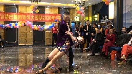 阿威老师和爱徒梅子老师在年会上即兴表演,音乐好听,舞蹈新颖时尚