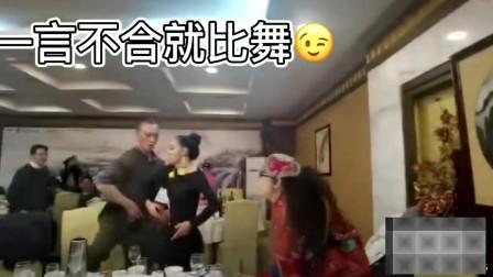 杨丽萍饭局现场飙舞  网友:饭菜落了灰还香吗?