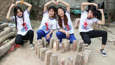 """伙伴们用砖头玩""""多米诺骨牌"""",用砖头摆出的爱心,真好看"""