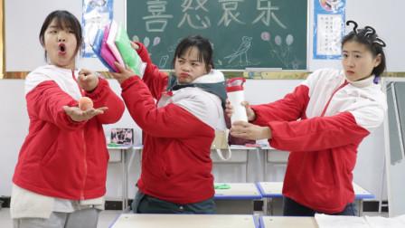 胖芸儿用能量球定住同学,拿走同学的黏土和水杯,同学找老师告状