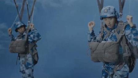 空降利刃:跳伞复训中张启泰然自若圆满完成跳伞画面真震撼!