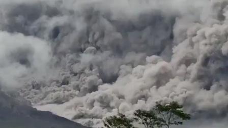 印度尼西亚火山喷发:现场浓烟直冲高空 引附近众多居民围观