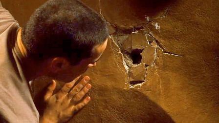 男主发现老房子墙壁上有个洞,手伸进去后,却被吓到了