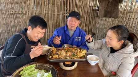 想吃鱼就在鱼塘捞一条,加点老豆腐炖,鲜嫩爽滑,表妹吃得笑嘻嘻