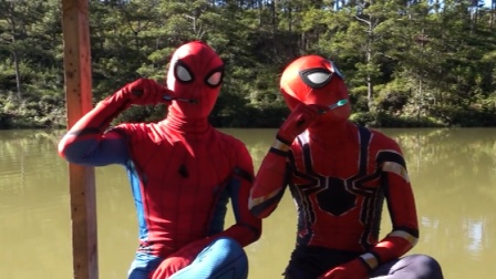 蜘蛛侠两兄弟野外露宿,清早在河边一起刷牙