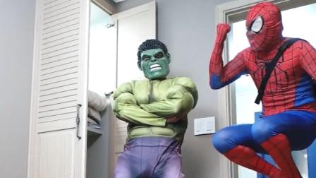 蜘蛛侠被雷神锤挡在门外,绿巨人来帮忙