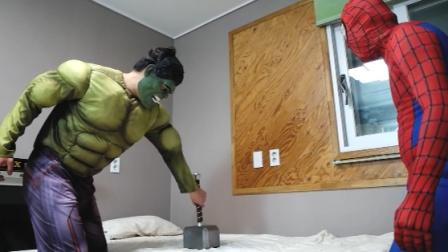 蜘蛛侠的床被雷神锤压住,没法睡觉很着急
