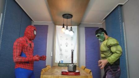 蜘蛛侠的披萨被雷神锤压住,很是苦恼