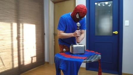 蜘蛛侠的战衣被雷神锤压住,绿巨人拿来了无限手套