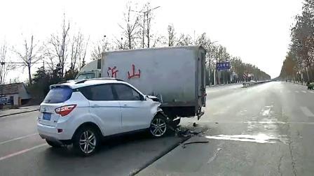 交通事故合集:随意转弯不观察路况,这一下长教训了