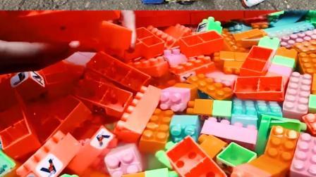 认识工程车玩具 在水里组装积木桥