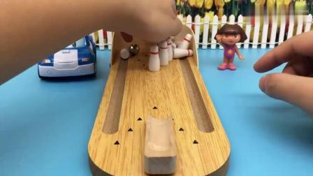 有趣益智:变形警车珀利和朵拉玩保龄球