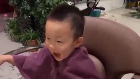 童年的记忆:给宝宝剪头发啦!小朋友们害怕剪头发吗?
