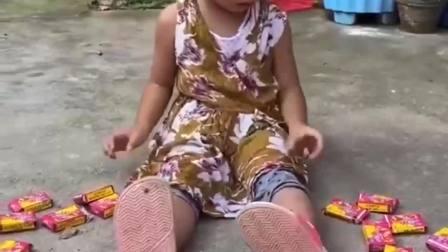 童年的记忆:依依怎么坐在地上哭呢?