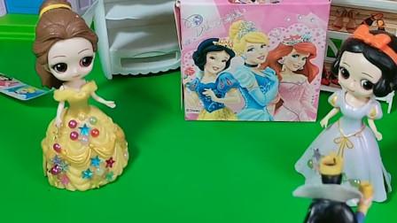 智趣玩具故事:母后让白雪让开,让贝儿公主睡两张床