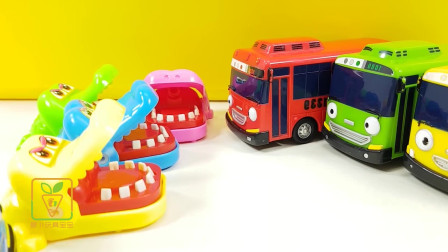 一起来玩各种小动物和小汽车玩具
