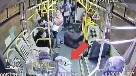 太惨!公交猛刹车后排女子被甩冲到前排,头撞扶手铁杆身亡