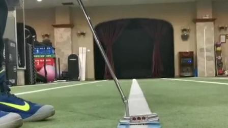 高尔夫教学:如何实现方正的推杆杆头轨迹