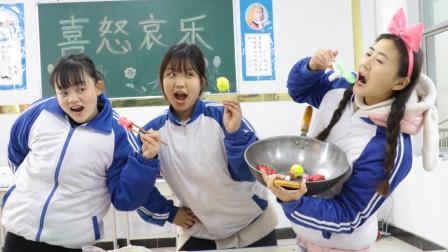 天气寒冷,可乐从家里带锅,和同学一起做火锅吃