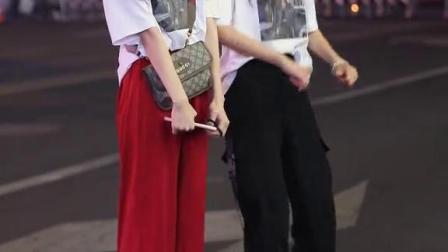 据说30岁左右的喜欢左边的,18岁左右的喜欢右边的?是这样吗?#街拍#穿搭
