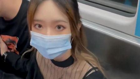 地铁上看到一位美女,看眼睛就知道长得很漂亮