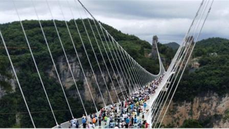 """大量游客挤上玻璃桥,下一秒意外发生了!桥面却突然""""碎裂"""""""