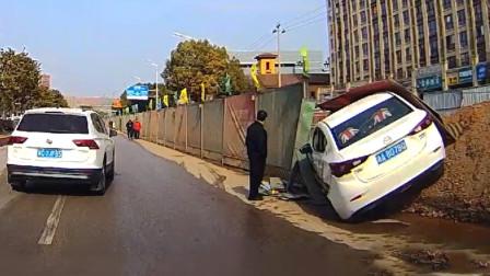 交通事故合集:大货车师傅不会预判车距,盲目转弯悲剧了