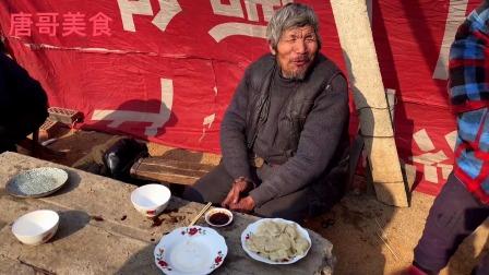 70岁老俩口赶集炒菜,50元一盆白菜烧肉,炒菜要用菜勺尝一下