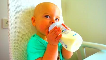 美国时尚儿童,小女孩在喝奶,看起来好有意思