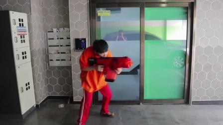 """儿童亲子互动,小哥哥发现不明""""怪兽""""入侵,用玩具枪保卫家园"""