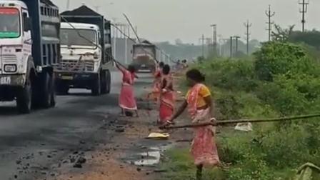 看看人家印度人多善良,超载了,给车减减压